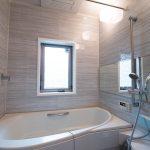 広い浴室でゆったりとくつろぐことができます。(風呂)