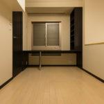 壁に組み込まれた本棚やPC等の置ける広い作業スペースのあるカウンターが設置されています。(寝室)
