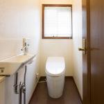 1階トイレ。手洗い器、自動開閉便座など多機能付きトイレです。