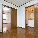 主寝室からも出入りができるサービスルーム。居室としても収納スーペースとしても利用できます。