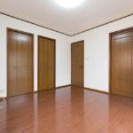 主寝室8帖からサービスルームに出入りすることが可能です。(寝室)