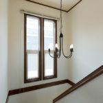 階段には大きい窓があり、暗くなりがちな2階の廊下まで明かりが届きます。