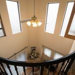 2階廊下から見たリビングの吹抜け。明るく開放的です。