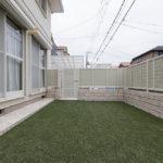 草取りなどのお手入れをしなくてラクチンの人工芝のお庭です。
