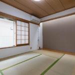 1階和室。床の間上部はトップライト(天窓)になっており外からの明かりを取り込む造りになっています。(寝室)