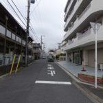 前面道路。閑静な住宅街に立地しています。
