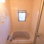 浴室には窓が付いています。(風呂)