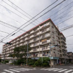 行徳駅徒歩7分の分譲マンション。周辺には飲食店、販売店が多く住環境良好です。(外観)