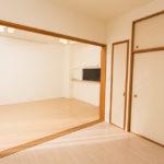 専用庭、テラスに面した陽当たりの良い和室。畳の上にフローリングマットを敷いており、机などを置いても跡が残りません。(寝室)