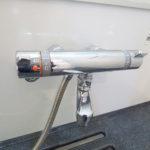 浴室水栓は温度調節が簡単なサーも付き。
