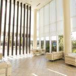 天井が高く(約7m)開放的なホテルライクのエントランスロビー。待ち合わせや簡単な打ち合わせができるソファースペースがあります。