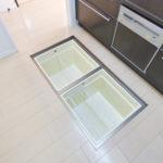 1階住戸ならではのキッチン床下収納。パントリー(食品庫)としてご利用いただけます。ホットプレート、カセットコンロなどもラクラク入ります。